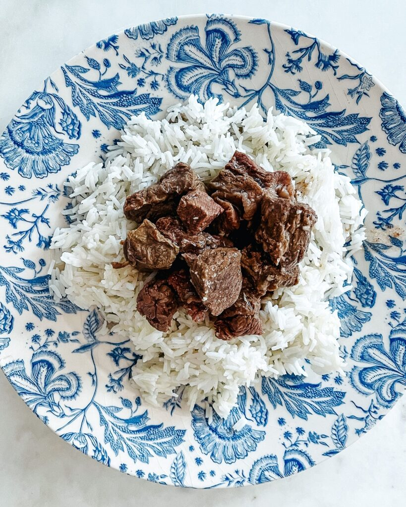 ternera con salsa y arroz basmati