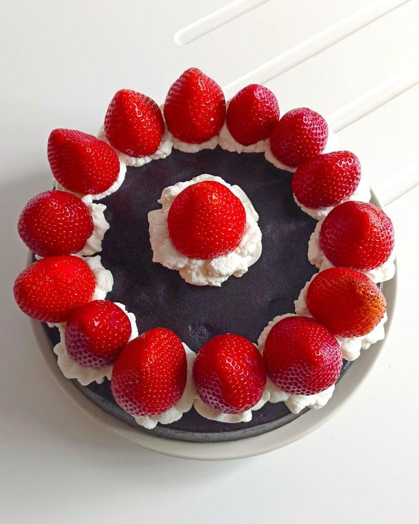 bizcocho fit de chocolate con fresas