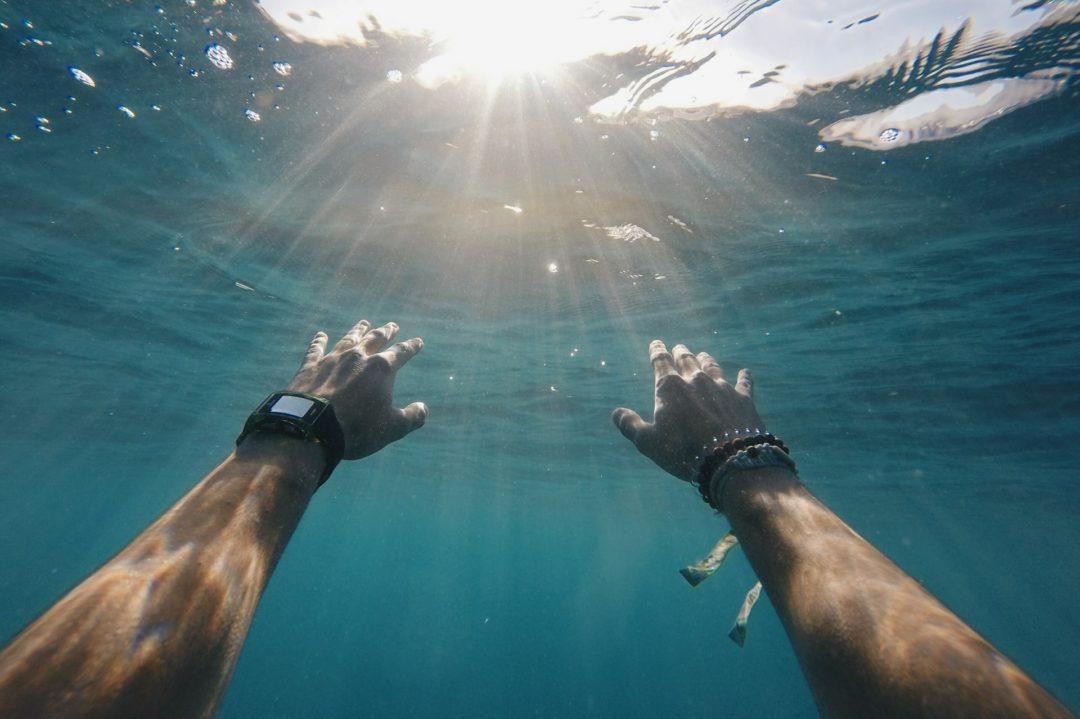 5 Beneficios de nadar en el mar que debes conocer