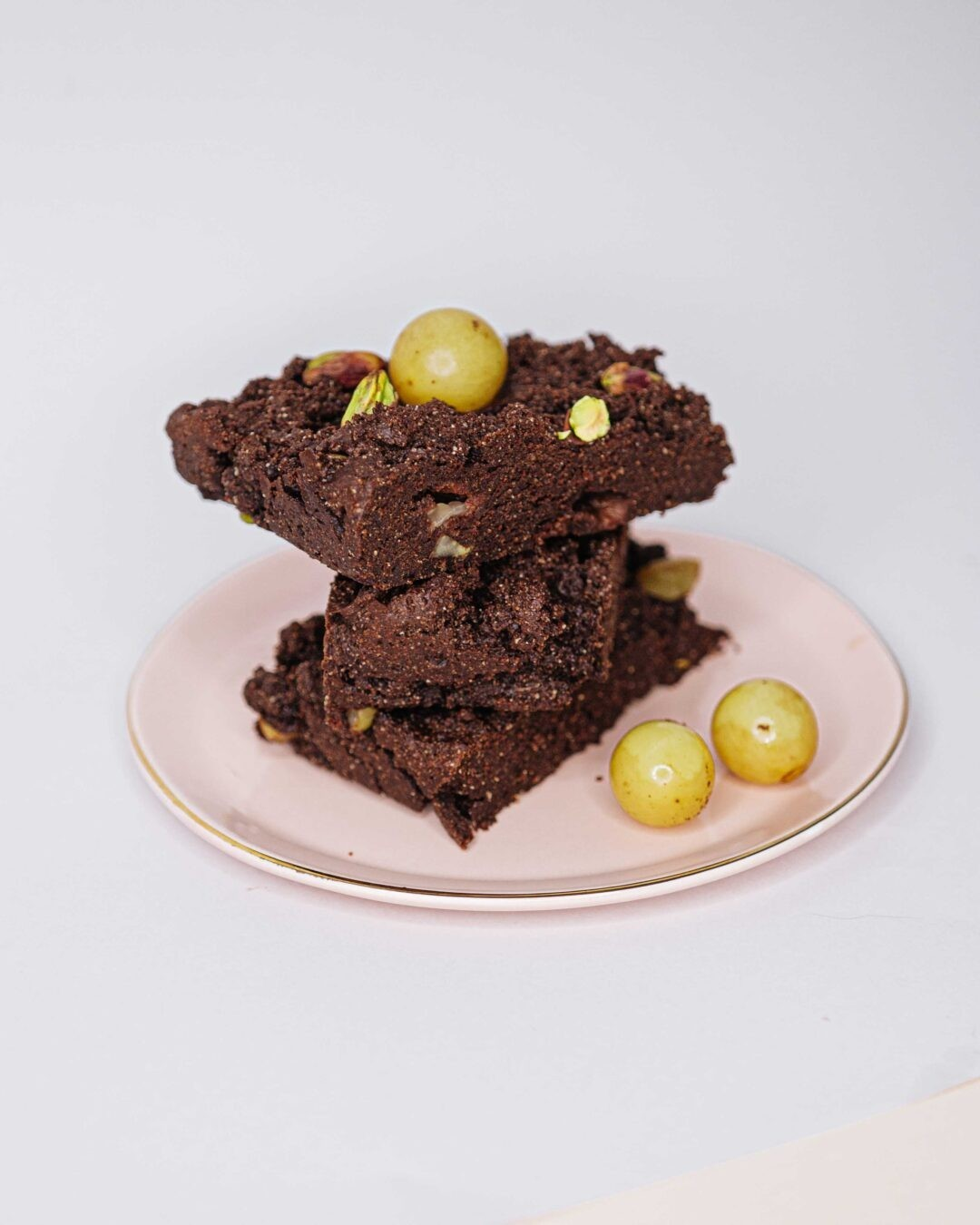 Brownie de chocolate con pistacho y uvas