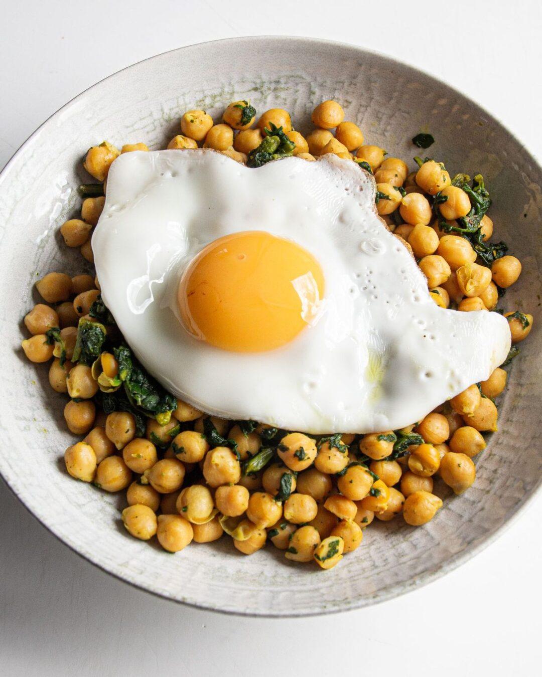 Garbanzos con acelgas y huevo
